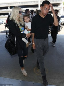 41D99D4700000578-4649378-Leaving_empty_handed_Her_husband_Evan_Ross_looked_like_he_did_no-a-5_1498708005583.jpg